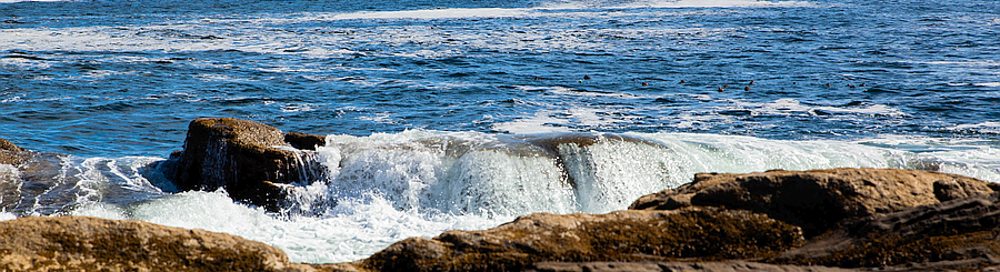 Waves strong rocks 900 245